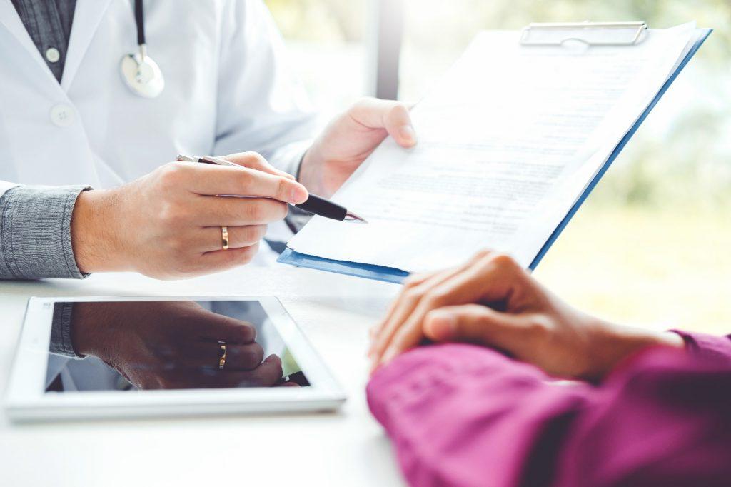 医生会根据患者的身体状况及病历报告等,判断患者是否适合接受标靶治疗。