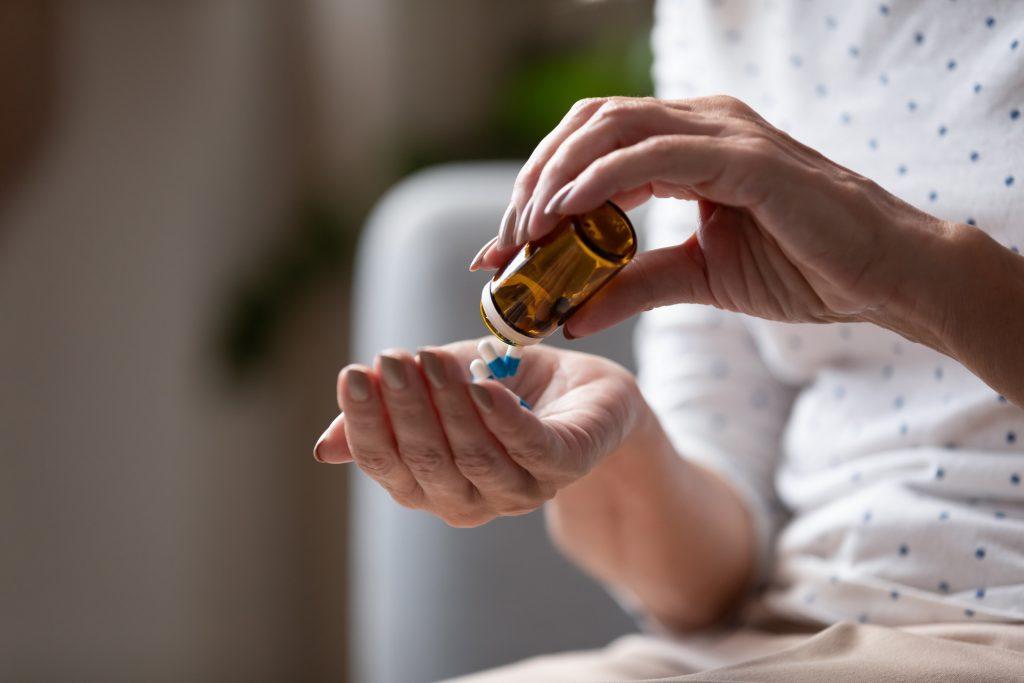 医生会根据患者的病情及身体状况,选择合适的荷尔蒙治疗药物。