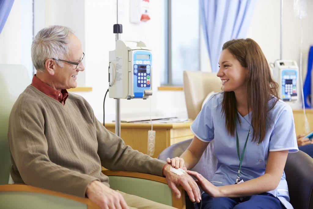 患者接受细胞疗法期间,医生会经常跟进其身体状况。