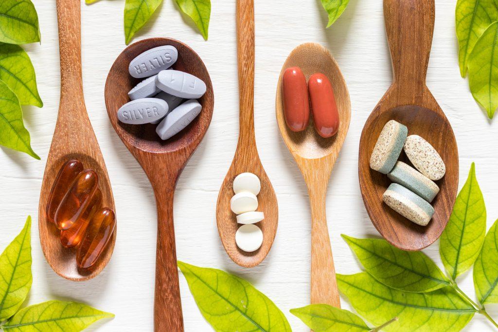 不少人选择服用营养补充剂作为日常保健,补充身体缺乏的营养素。